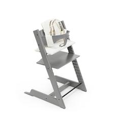 Chaise haute Tripp Trapp® gris tempête avec coussin Sweetheart et plateau.