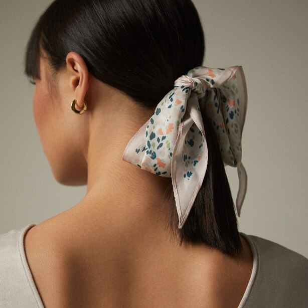 LOVE AND LORE DITSY FLORAL DIAMOND NECKERCHIEF CREAM